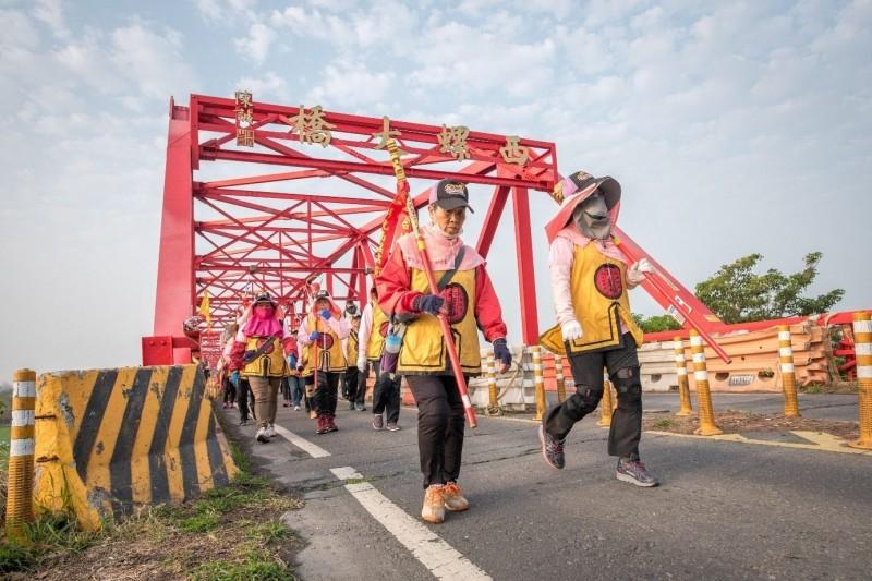 去年彰化南瑤宮媽祖笨港進香活動,信徒走過濁水溪的西螺大橋。(彰化市公所提供)