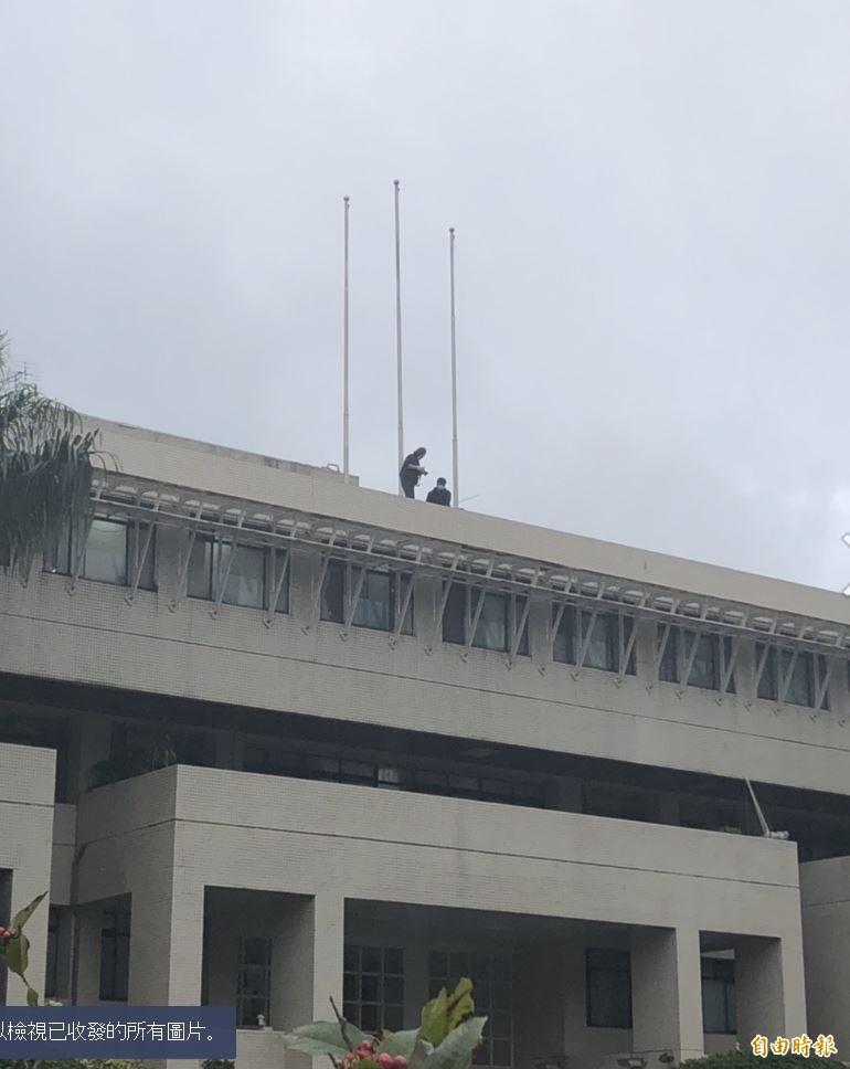 警政署發生員警降旗時墜樓事件。(記者邱俊福攝)