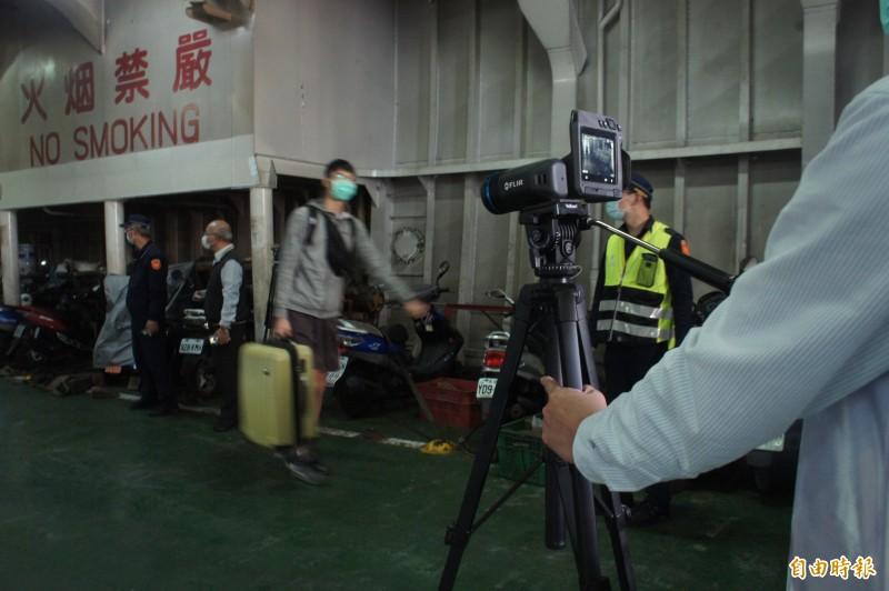 即日起入境澎湖旅客,一律必須經過體溫測量。(記者劉禹慶攝)