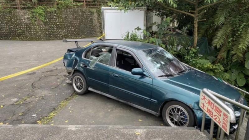呂姓男子的轎車,遭陳男率眾持棍棒砸毀,車窗玻璃破裂。(記者林嘉東翻攝)