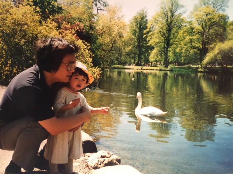 桂民海與幼年時的女兒安琪拉合照。(法新社)