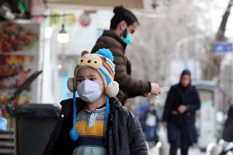 伊朗政府今(27)日宣布全面禁止中國公民入境,希望遏止中國武漢肺炎(COVID-19)疫情進一步移入,然而伊朗迄今已傳出245例確診、其中26人死亡。圖為伊朗首都德黑蘭民眾戴口罩出門。(歐新社)
