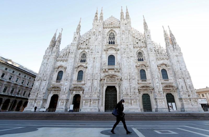 義大利境內武漢肺炎疫情持續惡化,外交部今表示,即日起我國調升對義大利的旅遊警示燈號「紅色」,建議我國人避免前往義國,圖為著名觀光景點米蘭大教堂,近來人潮大減。(路透)