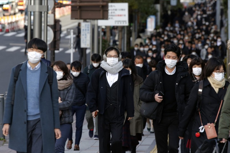 日本武漢肺炎疫情延燒,經日媒調查顯示,地方政府僅3成能確保病床數量。圖為東京都中央區戴口罩的人們。(美聯社)