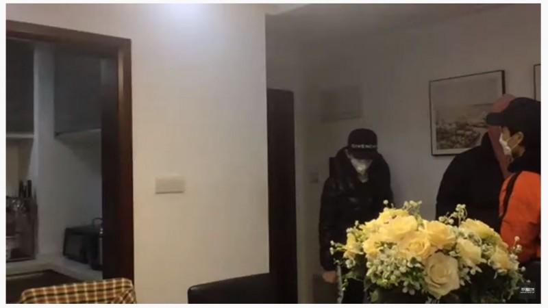 武漢肺炎疫情持續延燒,近日有多位中國民間人士拍攝影像,質疑政府假造防疫真相,不久後都「被消失」,中國央視前主持人李澤華昨日也因探訪武漢病毒研究所,晚間已被國安人員強制帶走。(圖擷自YouTube)