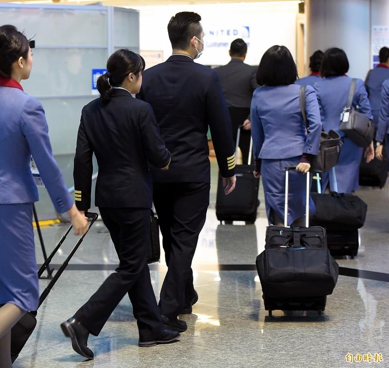 航空公司多因儀容觀感等原因,規定空服員不戴眼鏡服勤,但應武漢肺炎疫情,中華航空昨(26)日起,針對中國、香港及韓國等旅遊疫情第三級警告區航線,同意客艙組員可於執行勤務時配戴平光眼鏡。長榮航空表示,已於1月31日起,空服員可以戴平光眼鏡服勤,加強對身體的防護。示意圖,與新聞無關。(資料照)