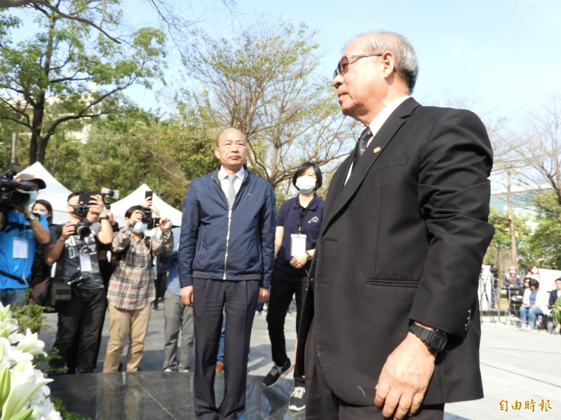 韓國瑜將228講成823,事後致歉,右為高雄市228關懷協會理事長王文宏。(記者葛祐豪攝)
