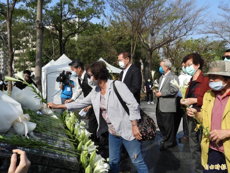 高雄市政府在228和平紀念公園(原仁愛公園),舉辦228事件73週年追思紀念活動。(記者葛祐豪攝)