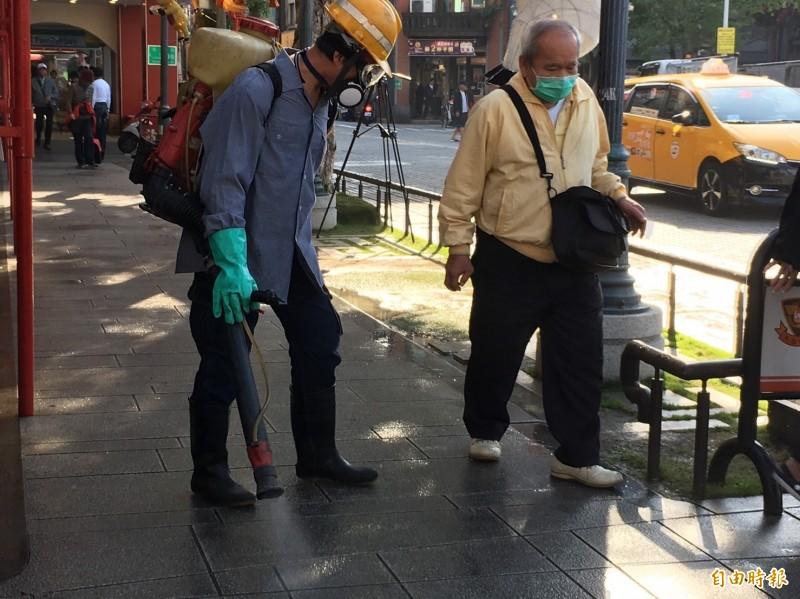 環保局萬華區清潔隊一早前往龍山寺進行消毒。(記者蔡亞樺攝)