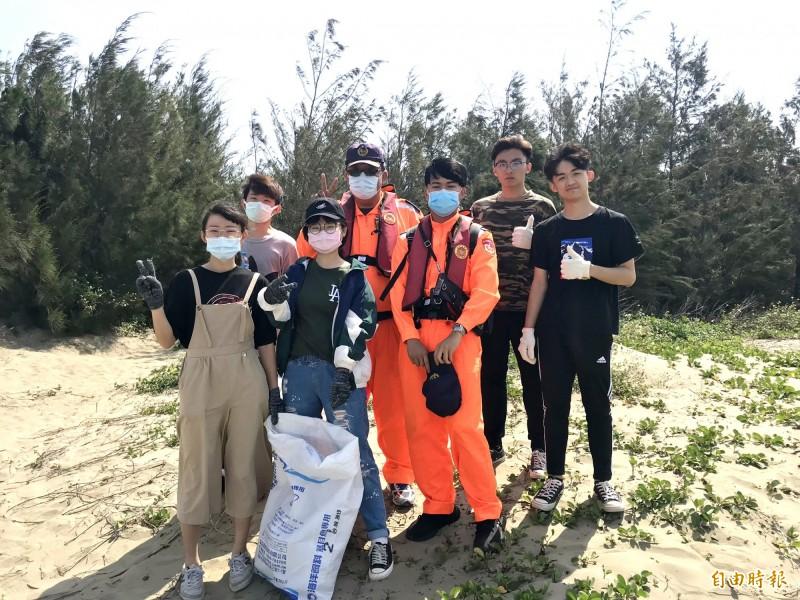 謝明縝(左2)發起的好美里淨灘活動邁入第4年,如今已有100多人參與。(記者林宜樟翻攝)