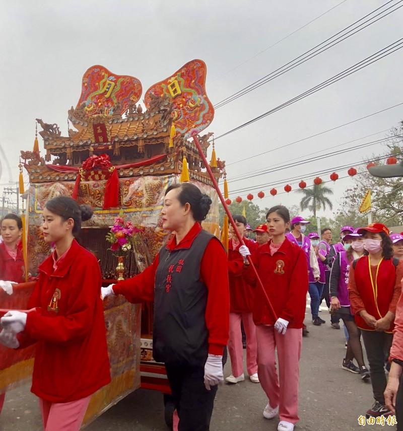 桃園龍德宮有「仙女轎班」之稱的扛轎隊伍,相當吸睛。(記者魏瑾筠攝)
