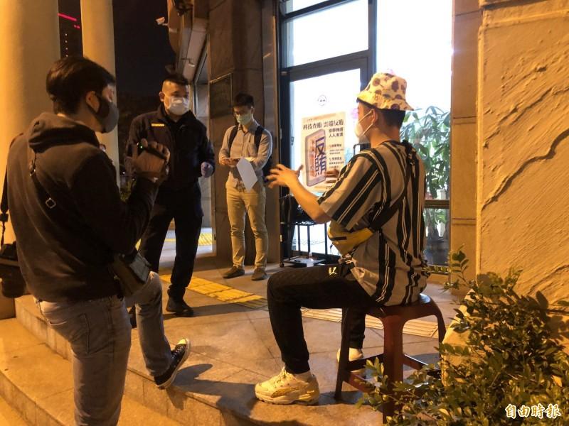 居家檢疫卻一度失聯的男子林東京(右)今晚終於在父親幫忙策動下,自己開車回到新竹縣,縣府衛生局將先確認他的健康狀態。(記者黃美珠攝)