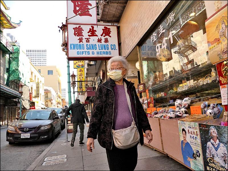 美國加州第四大城舊金山日前宣布進入地方緊急狀態,以因應武漢肺炎疫情,但當地並未傳出確診病例。圖為一名戴著口罩的婦女廿六日在舊金山唐人街。(歐新社)