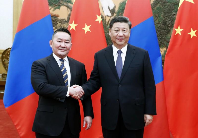 蒙古總統巴特圖勒嘎(Khaltmaagiin Battulga)出訪中國拜會習近平,孰料返回蒙古後立即被隔離14天。(美聯社)