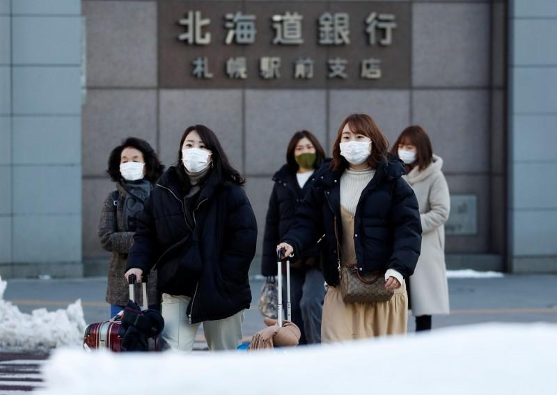 北海道知事鈴木直道在今天的防疫會議上表示,北海道將針對不斷蔓延的武漢肺炎疫情發布「緊急狀況聲明」,呼籲道內居民本週末不要出門,待在家中。(路透)
