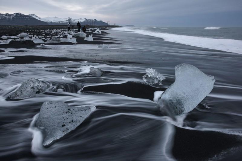 稍早冰島再傳出首例確診,為一名50多歲的男子,而該男子剛從義大利返國。圖為冰島著名地景「鑽石冰沙灘」(Diamond Beach)。(法新社)