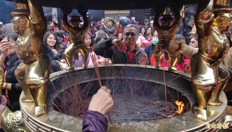 今年3月13日起,龍山寺將停止供香,而信眾進入龍山寺也不得攜帶香枝,結束281年傳統。(資料照)