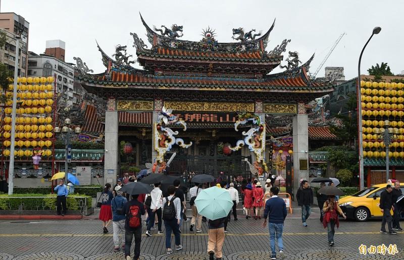 台北龍山寺廟方決定自今年3月13日起全面停止供香,信眾入內也不得自行攜帶香枝。(資料照)