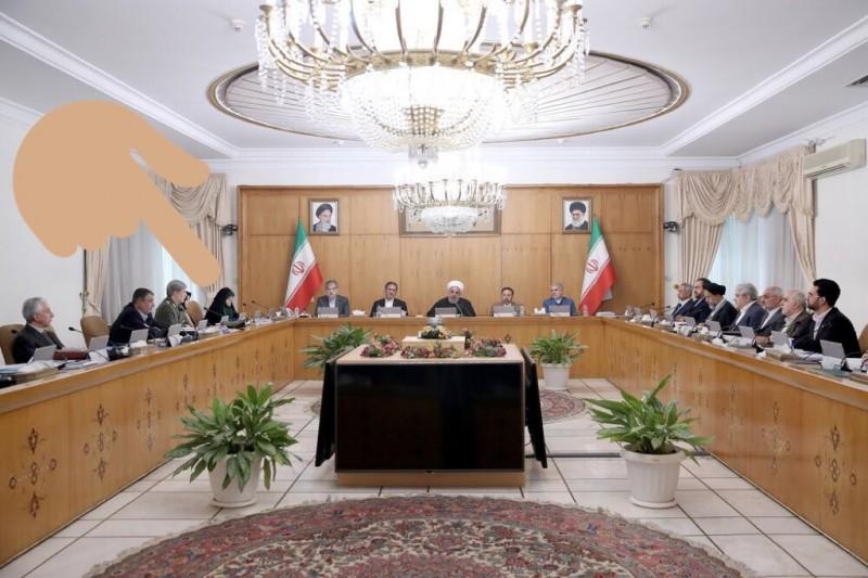 《英國廣播公司》駐伊朗記者尼利指出,副總統埃布特卡(左5)確診前1日,與總統羅哈尼(中)近距離開會。(圖取自Hadi Nili推特)