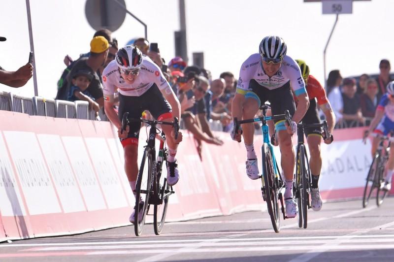 由於2名義大利選手的新型冠狀病毒篩檢呈現陽性反應,因此阿聯酋自行車巡迴賽已取消最後2站。圖為阿聯酋巡迴賽27日第5站,選手們入站衝刺(法新社)