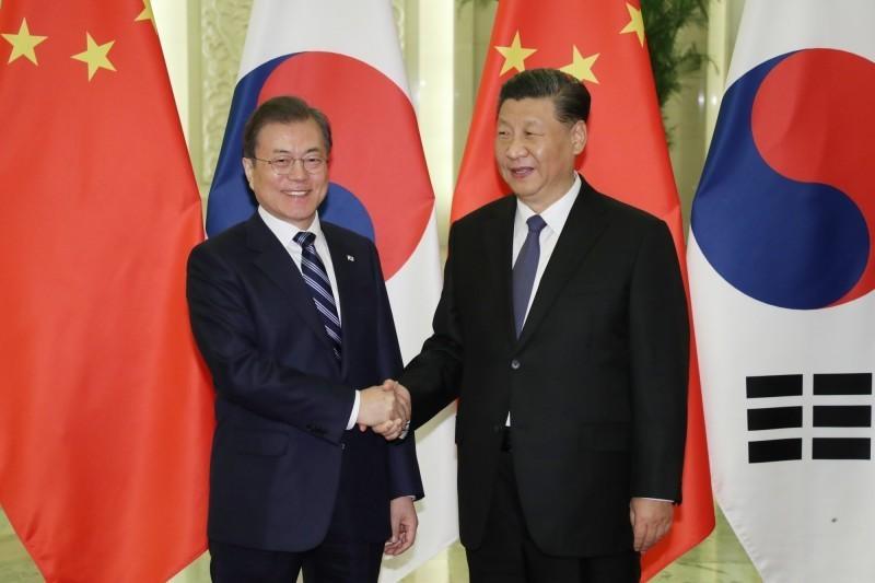 文在寅28日在國會與朝野4黨黨魁商討疫情,他表示,全面禁止中國人入境不實際,對南韓也沒有利益可言。圖為南韓總統文在寅(左)與中國領導人習近平(右)會面。(歐新社)
