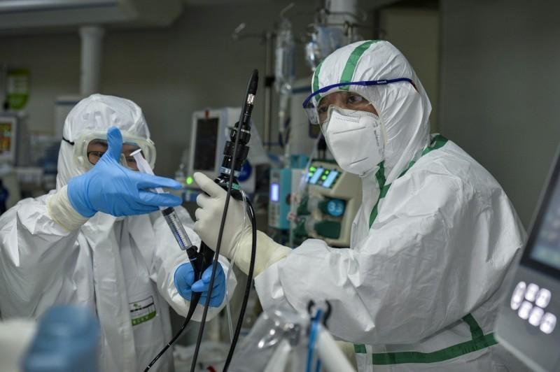 中國醫務人員在重症監護室工作。(歐新社)