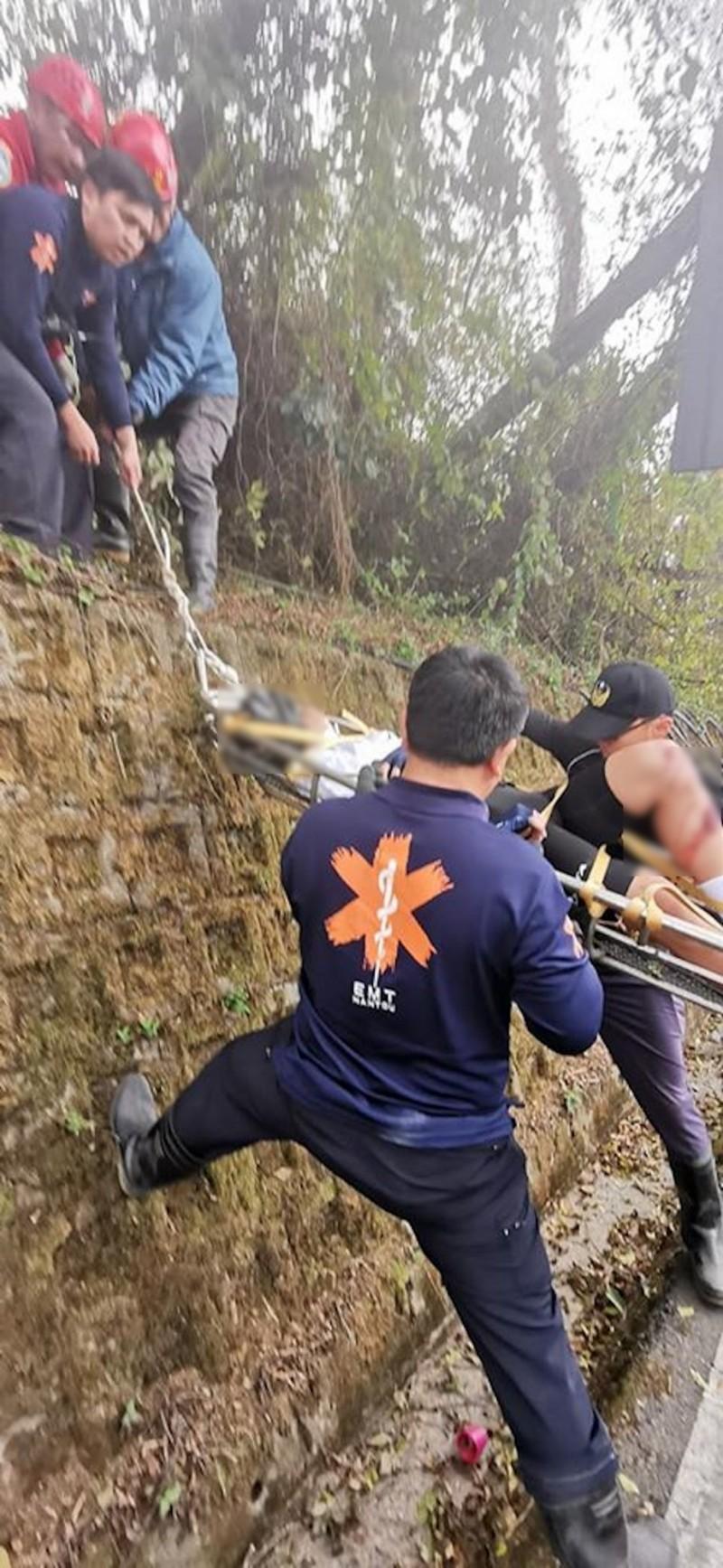 仁愛消防分隊與南投縣山區救災防護協會清境中隊多人合力以繩索、擔架將受傷騎士救起送醫救治。(民眾提供)