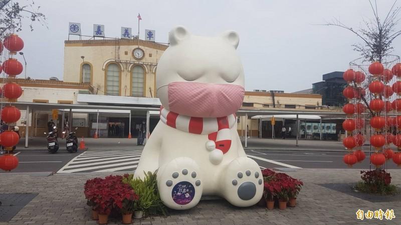 嘉市火車站大白熊的口罩昨已稍稍換上粉色系。(記者丁偉杰攝)