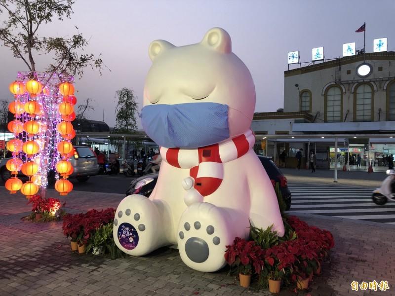 嘉市火車站前大白熊日前戴上藍色口罩。(資料照)