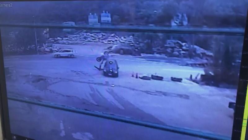 機車高速轉圈撞上自小客貨車,騎士人在下方,也是一頭撞上車門。(記者佟振國翻攝)