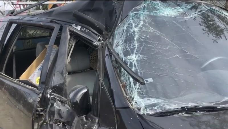 自小客車貨的車頂、車門嚴重受損變形,可見撞擊力道驚人。(記者佟振國翻攝)