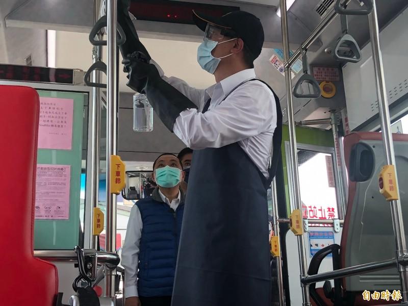 鍾鳴時表示,公車內部座椅、扶手、拉環、下車鈴及驗票機等至少每8小時清潔消毒一次。(記者周湘芸攝)