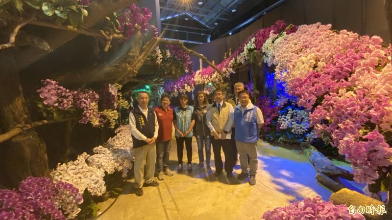 台南市長黃偉哲(前右二)今到蘭展場館觀看美麗的布景。(記者楊金城攝)