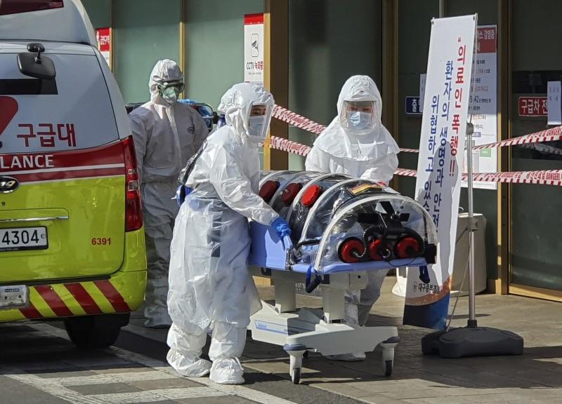 南韓今日上午再宣布新增594例,累計已將近3000例。圖為南韓醫務人員正在照料確診患者。(美聯社)