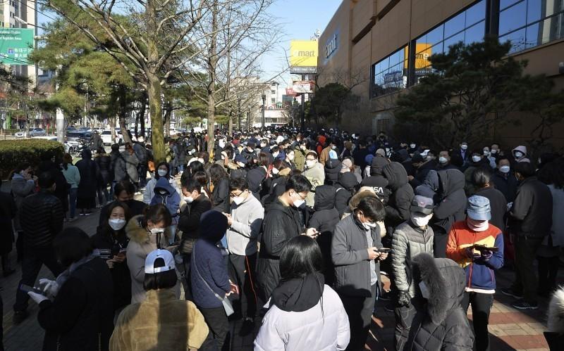 韓國今(29日)下午再添219例武漢肺炎確診病例,加上上午宣布新增的594例,全國累計達3150例,另累計有17人死亡。(美聯社)