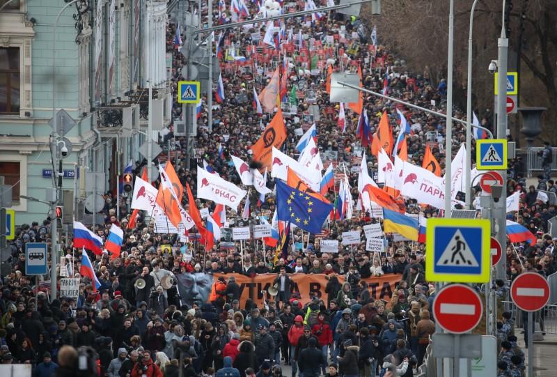 俄國「反普廷大將」涅拇佐夫(Boris Nemtsov)遇刺身亡滿5年,今(29)日俄反對派號召逾2萬2千人走上首都莫斯科街頭,除致敬涅姆佐夫外,亦對普廷修憲為總理擴權、準備接任的計畫表達強烈不滿。(彭博)