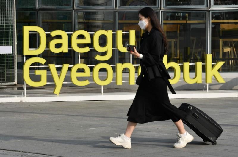 韓國光是大邱廣域市就有2055人感染新型冠狀病毒,當局已透露未來幾天大邱的確診人數還會持續暴增。(法新社)