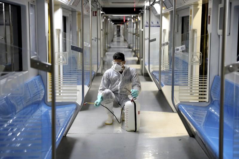 中國武漢肺炎(COVID-19)疫情延燒全球,伊朗國會議員達斯塔克(Mohammad Ali Ramazani Dastak)證實染病後不治身亡,最新官方數據增至593例確診、43人死亡。圖為伊朗派員對地鐵車廂進行消毒。(美聯社)