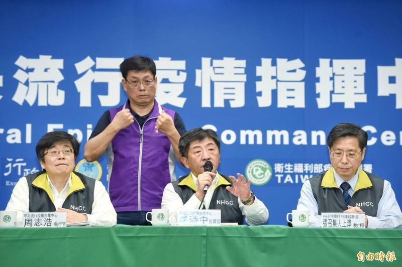台灣出現首起院內感染狀況,中央流行疫情指揮中心指揮官陳時中今天呼籲,醫院秩序很重要,人越少越好,沒有必要去急診就不要去、沒有必要探病也不要去,也提醒醫護人員不能把病人分類當作護身符。(記者方賓照攝)