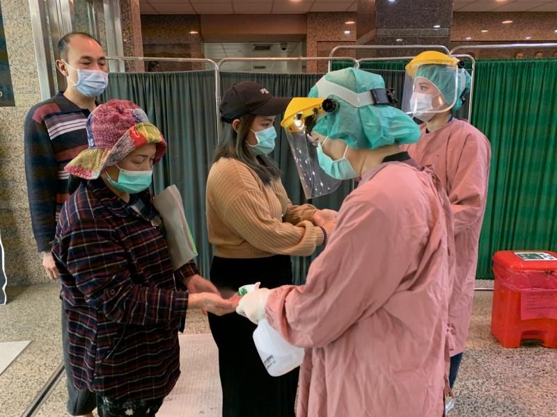 醫生提醒進入醫院,戴緊口罩,確實執行手部清潔。(資料照)