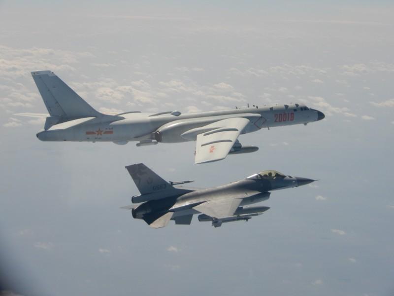 中國2月數次派遣軍機繞台,我國F16戰機(右)本月伴飛監控中國轟六轟炸機(左)。(國防部提供)