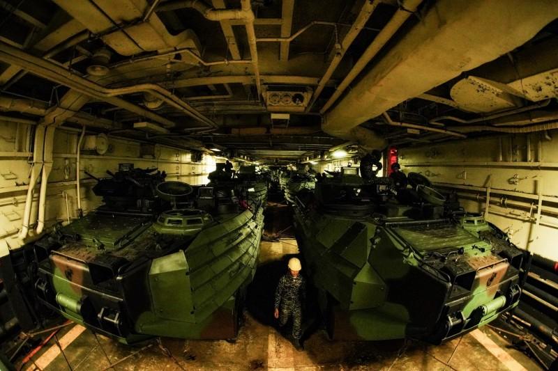 海軍軍官許明忠拍攝的AAV7在艦艙內待命出擊作品,獲得日本國際攝影大賽銅獎。(圖:海軍司令部提供)。