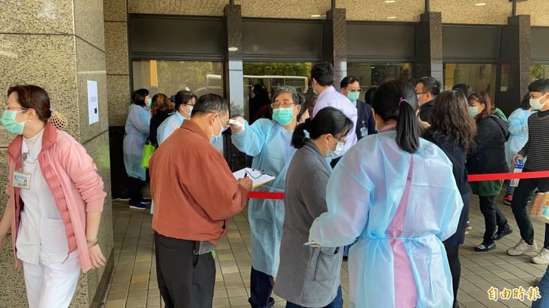 全台各地醫院為避免院內群聚感染,啟動許多新規定加強管制,包括探病人數、時段都有夠限制。(資料照)