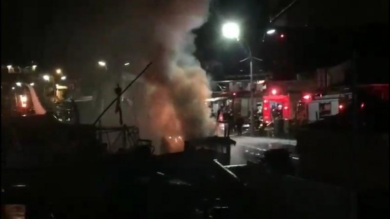 南方澳29日深夜發生漁船失火,宜蘭縣消防局派員搶救。(記者江志雄翻攝)
