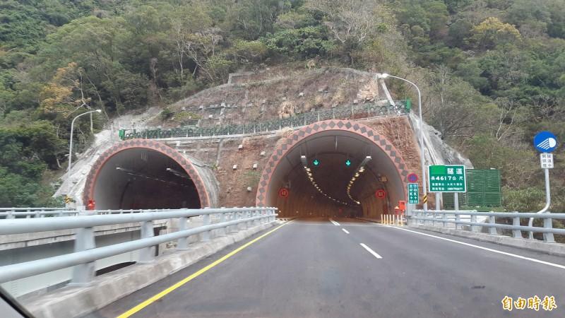 南迴隧道屏東端,目前隧道名稱指示牌還把名稱遮起,如今終於敲定,北上隧道將命名為「草埔隧道」。(記者黃明堂攝)