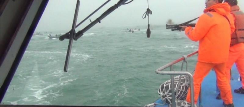面對中國船團來犯,金門海巡隊持霰彈槍驅離。(圖由金門海巡隊提供)