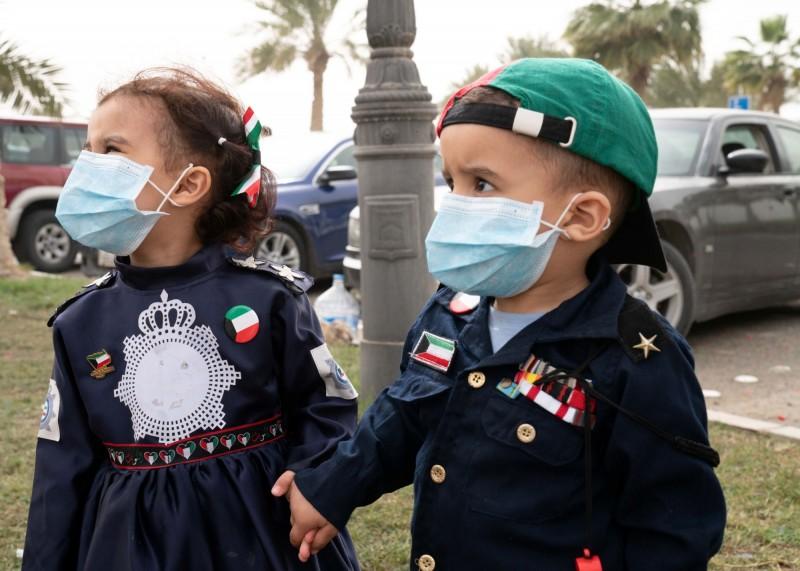 在疫情爆發後,科威特的小孩也都戴上了口罩。(路透)