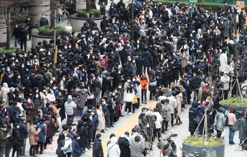 韓國總理丁世均承認政府沒有提供充足的口罩供民眾購買並出面道歉。圖為2月28日南韓民眾上街搶購口罩。(法新社)