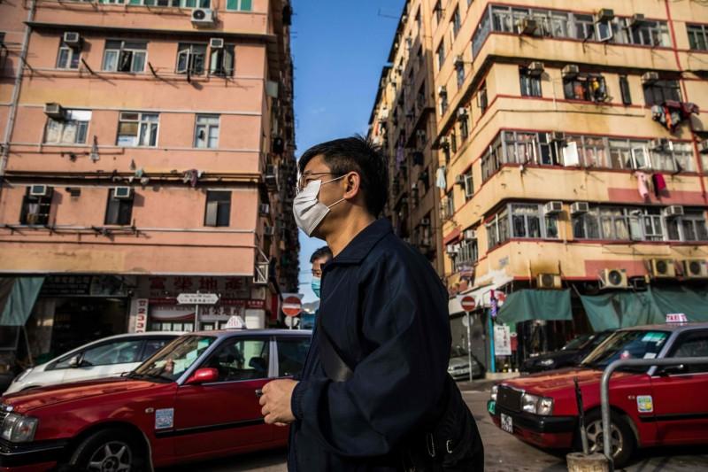 香港大學醫學院院長梁卓偉指出,一名死亡案例的背後,可能代表當地已經有100人受感染,只是因為檢驗不足而未被查出。(法新社)