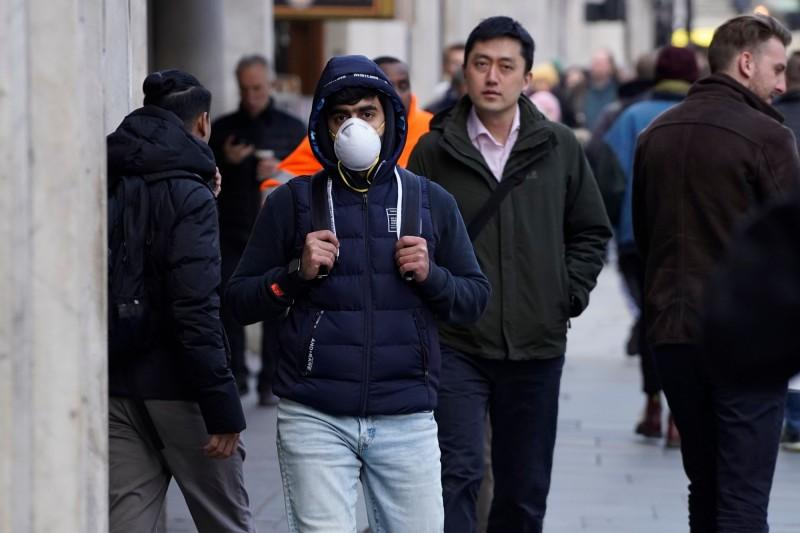 愛爾蘭共和國衛生部出現首位新型冠狀病毒患者,該名病患曾前往疫情嚴重的義大利北部旅行。圖為歐洲民眾紛紛帶著口罩上街。(法新社)